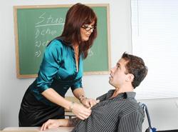 La professoressa Desi Foxx seduce un suo studente