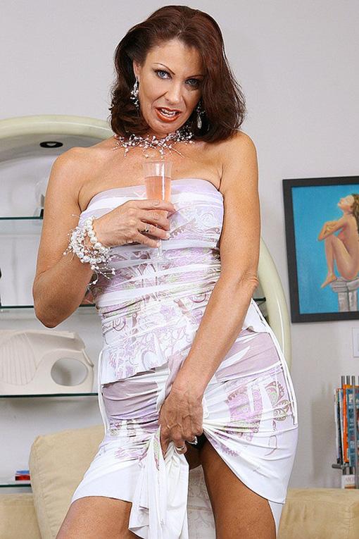 Vanessa Videl brinda con noi mostrandoci la figa